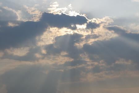 雲間から射す陽